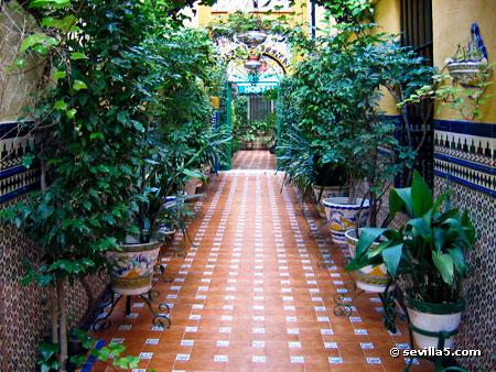 Hostal atenas ein hostal im zentrum von sevilla for Azulejos para patios interiores
