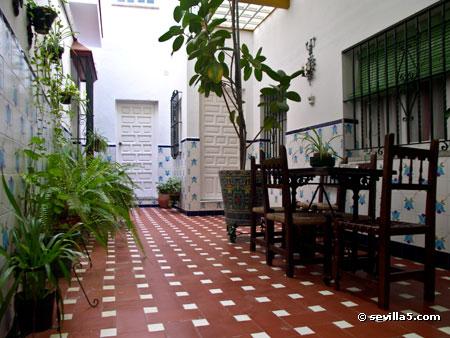 Hostal atenas hostal de 2 estrellas en el centro de sevilla - Decorar patios interiores ...